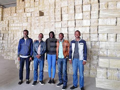 Clientes de Malí visitan la fábrica de bandejas de huevos