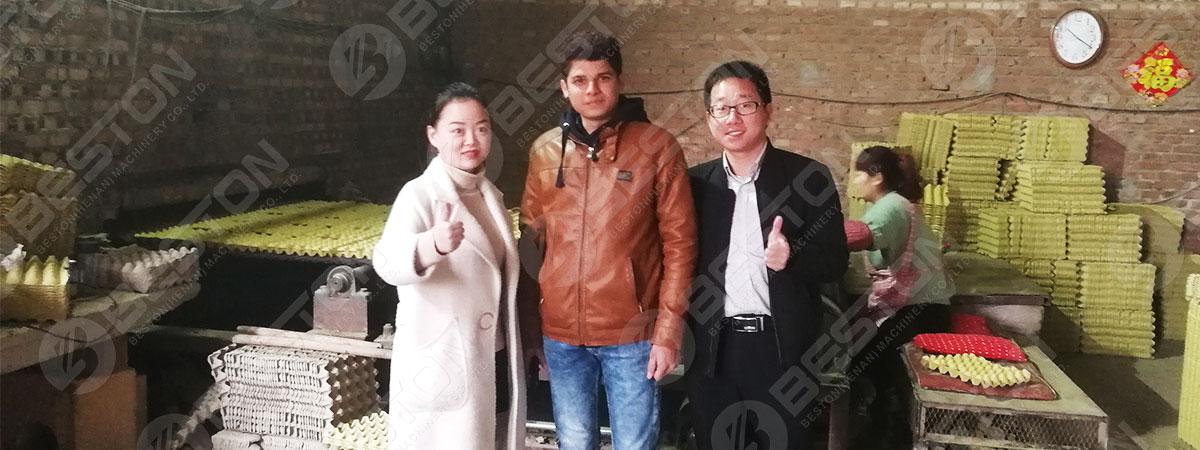 Cliente visitando la fábrica